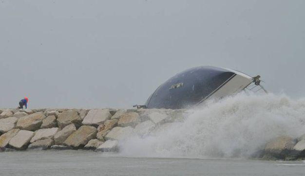 Rimini, la barca che si è capovolta sugli scogli (Foto Migliorini)