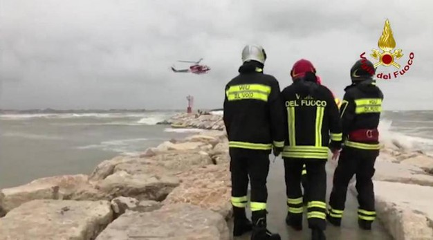 Rimini, i vigili del fuoco cercano i dispersi in mare (foto Ansa)