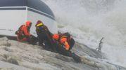Rimini, i soccorsi alla barca a vela capovolta sugli scogli (Foto Migliorini)