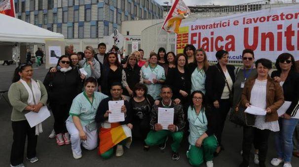 PRESIDIO Un gruppo di lavoratori davanti all'ospedale (Rossi)