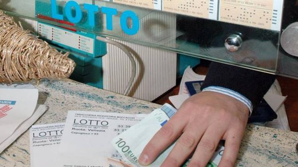RUOTE Nei guai un bancario appassionato di scommesse al Lotto: è accusato di truffa (Foto d'archivio)