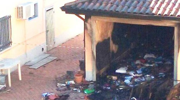 Il garage distrutto dal rogo