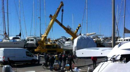 Gru caduta in porto a Viareggio (foto Umicini)