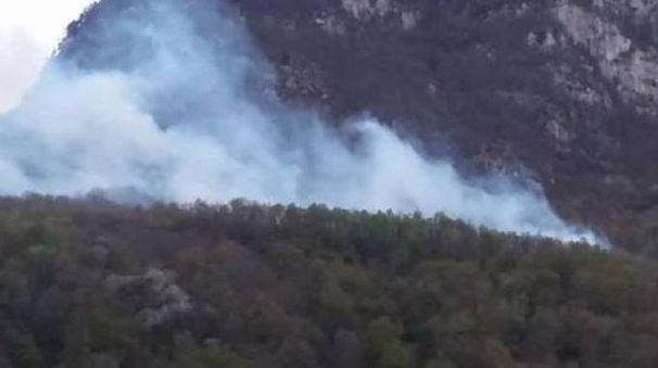 L'immagine del rogo sopra Piuro postata su Facebook dal sindaco Iacomella