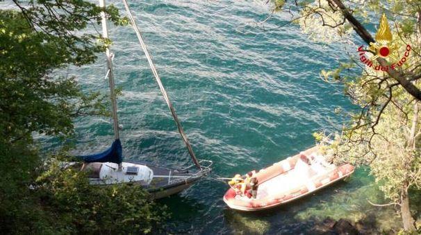 I vigili del fuoco recuperano la barca a vela