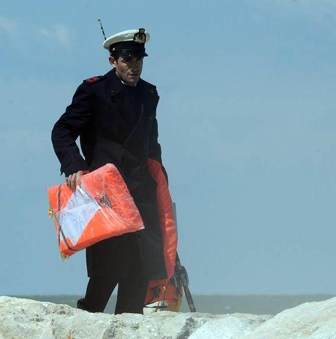Vengono recuperte anche le dotazioni di sicurezza della barca a vela (Migliorini)