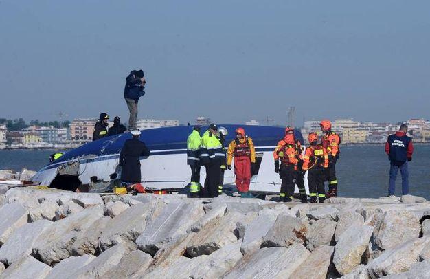 Quello che resta dello scafo capovolto della barca a vela partita da Marina di Ravenna (Migliorini)