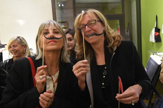 Tutti con i baffi 'alla Dalì' (foto Schicchi)