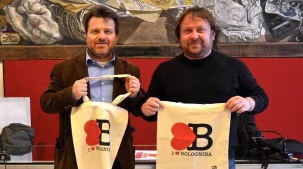 Daniele Ara e Lele Roveri con le sportine 'I love Bolognina'