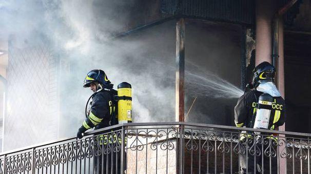 Rimini, i vigili del fuoco al lavoro per spegnere l'incendio (Foto Migliorini)