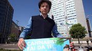 """Il parlamentare europeo Marco Cappato protagonista della """"semina proibita"""" in piazza Duca d'Aosta"""