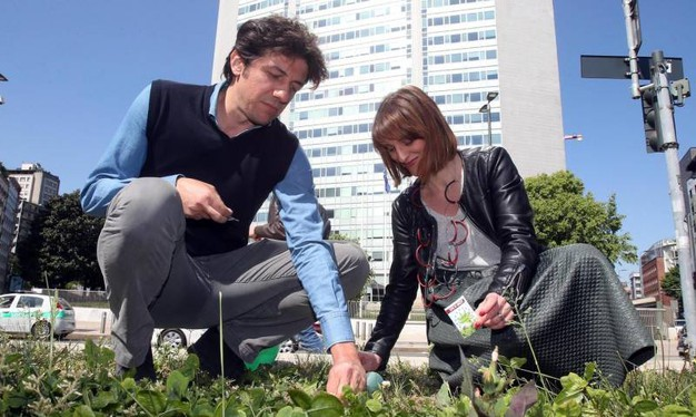 """Il parlamentare europeo Marco Cappato e Antonella Soldo protagonisti della """"semina proibita"""" in piazza Duca d'Aosta"""