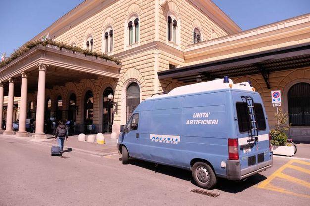 Le forze dell'ordine alla stazione (FotoSchicchi)