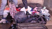 Dentro la valigia solo vestiti (FotoSchicchi)