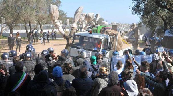 Protesta degli attivisti davanti al cantiere della Tap a Melendugno (Ansa)