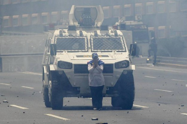 Venezuela, una donna blocca il blindato (Ansa)