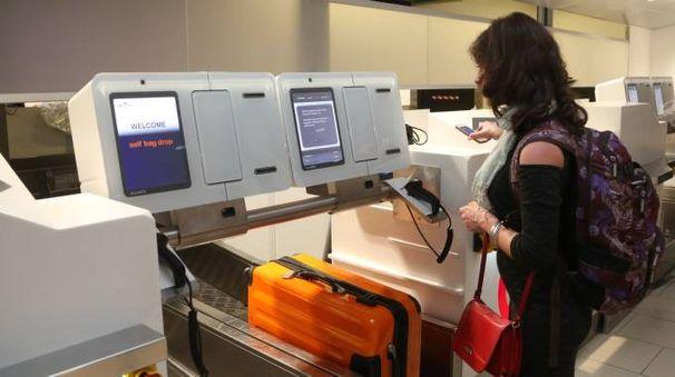 Aeroporto di Bologna, imbarco del bagaglio self service (foto Schicchi)