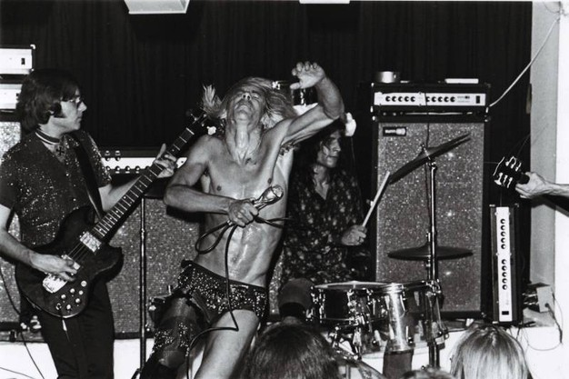 Iggy Pop in una foto di scena del docufilm ''Mother of Rock: Lillian Roxon'' - Ansa