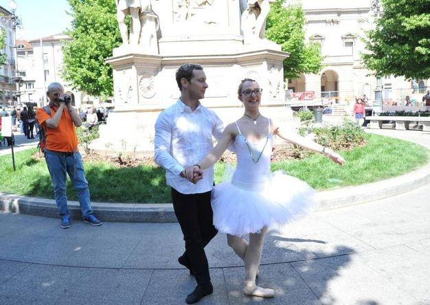 Helga Gasparini danza in piazza della Scala col ballerino Francesco Smaniotto (Newpress)