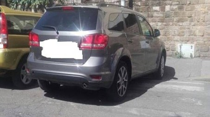 L'auto parcheggiata sulle strisce dal sindaco Nardella