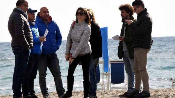 I consiglieri della Commissione bilancio in una delle spiagge libere al centro della vicenda