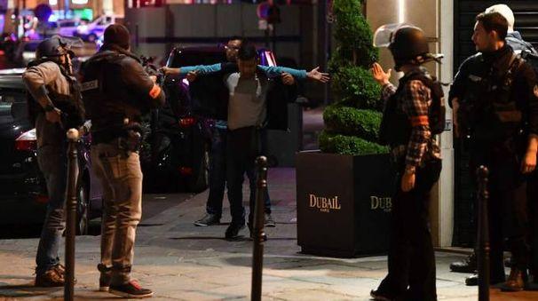 La polizia francese controlla alcune persone dopo la sparatoria sugli Champs Elysees (Afp)