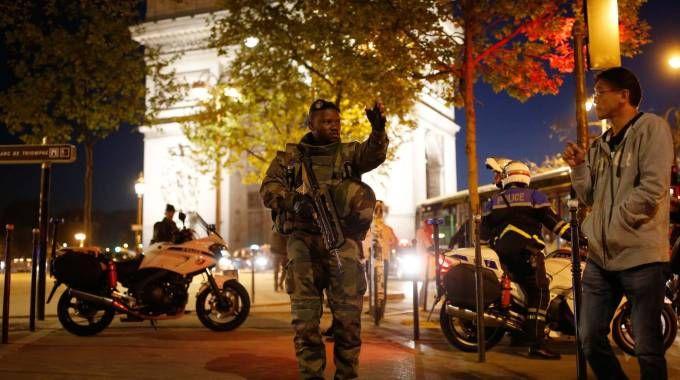 Parigi, Champs-Elysees transennati  dopo l'attentato (Lapresse)