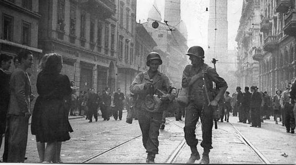 Ventuno aprile 1945, i soldati alleati in via Rizzoli, accolti in strada dai cittadini