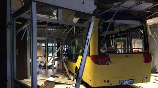 Due bus contro scuola chiusa modenese