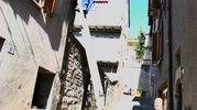 L'esterno dell'abitazione nel centro storico di Cagli