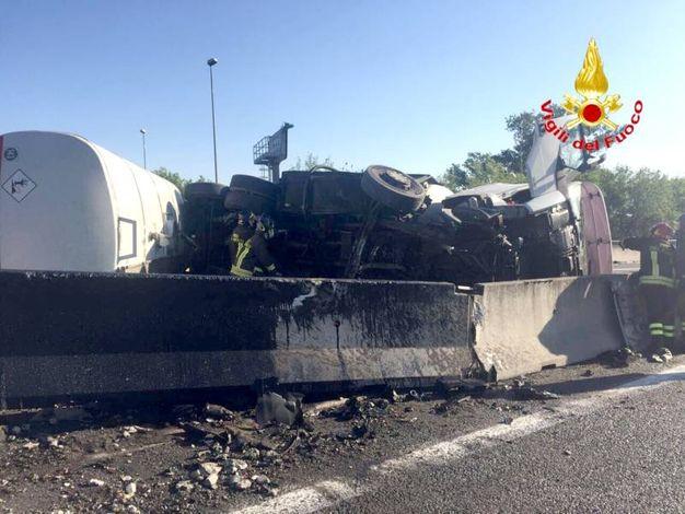 Una cisterna ribaltata su un fianco e traffico in tilt venerdì mattina sulla tangenziale Nord Milano