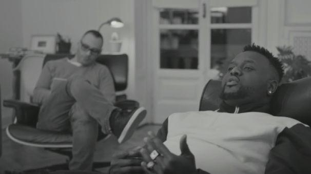 """Tommy Kuti insieme a Fabri Fibra in una scena del video di """"Afroitaliano"""""""