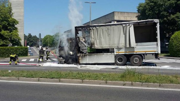 Il camion distrutto dall'incendio