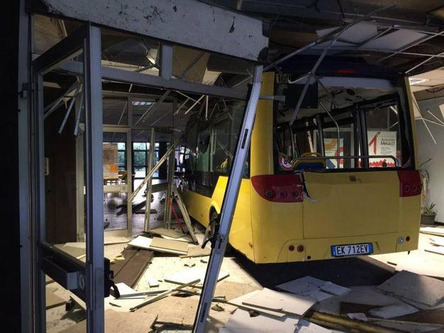 Un bus ha sfondato l'ingresso dell'istituto superiore 'Meucci'