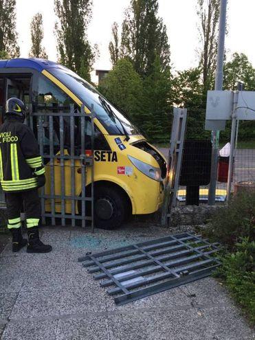 Il bus contro il cancello del 'Meucci'