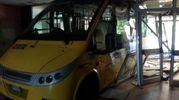 L'autobus entrato al 'Meucci' (foto Cabri)
