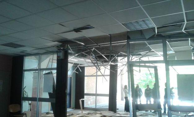 L'ingresso del 'Meucci' devastato dall'autobus (foto Cabri)