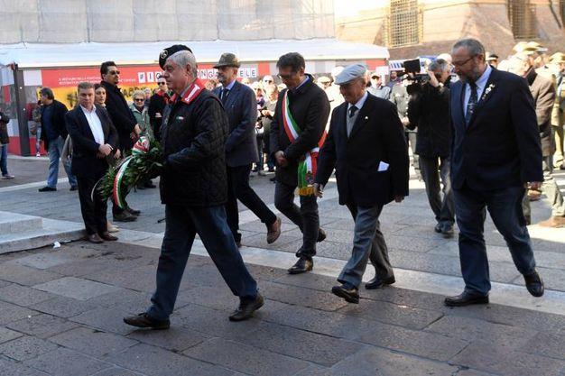 La camminata verso la deposizione della corona (Foto Schicchi)