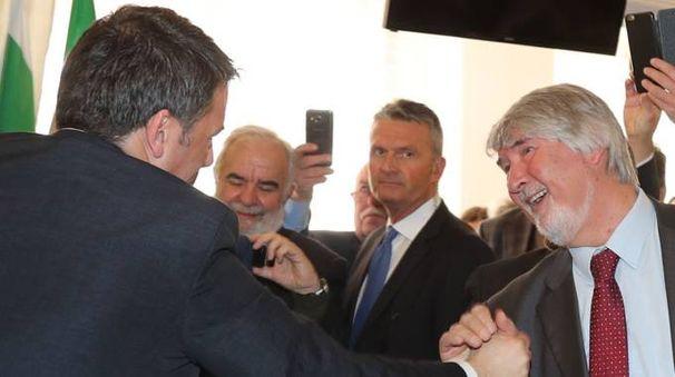 Renzi affettuoso con il 'suo' ministro del lavoro: il saluto sotto un'orda di scatti degli smartphone