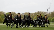L'artiglieria reale festeggia il compleanno della regina a Hyde Park (Lapresse)