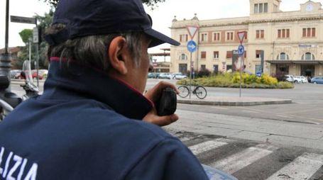 La polizia davanti alla stazione di Forlì (foto Fantini)