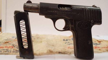 La pistola trovata in casa del 48enne
