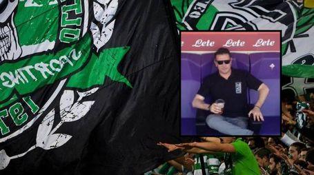 La tifoseria dello Sporting Lisbona. Nel riquadro la vittima