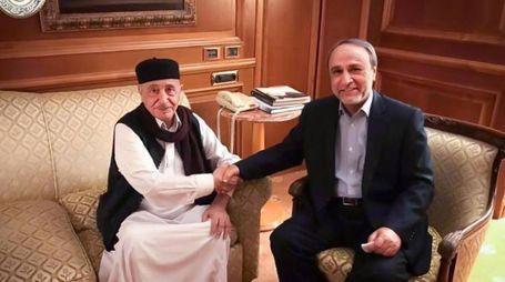 Stretta di mano tra Aghila Saleh e Abdulrahman Sewehli