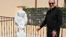 Don Maurizio Iandolo, parroco  del Cinquale, davanti alla statua decapitata di San Giuseppe
