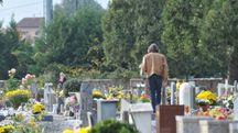 Nella foto d'archivio un cimitero. I ladri non si fermano nemmeno davanti alle lapidi