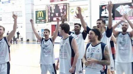 I giocatori del Basket Cecina mentre festeggiano la salvezza coi tifosi