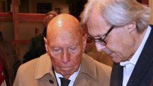 L'imprenditore sarzanese Mauro Acconci si è spento a 89 anni. Sotto, il collezionista con la figlia Marina e il critico Vittorio Sgarbi