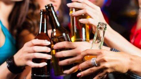 Un gruppo di ragazze brinda con le birre (foto repertorio)