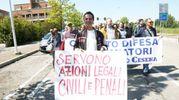 Cartelli, striscioni e proteste (foto Ravaglia)